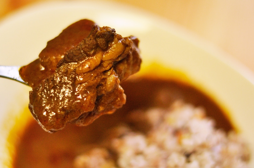 でっけー牛肉が入ったレトルトカレー。