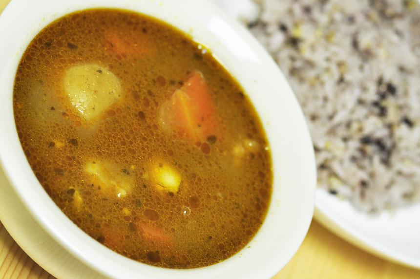 チキンとごろごろ野菜のスープカレー お皿にたっぷり入ったスープカレー