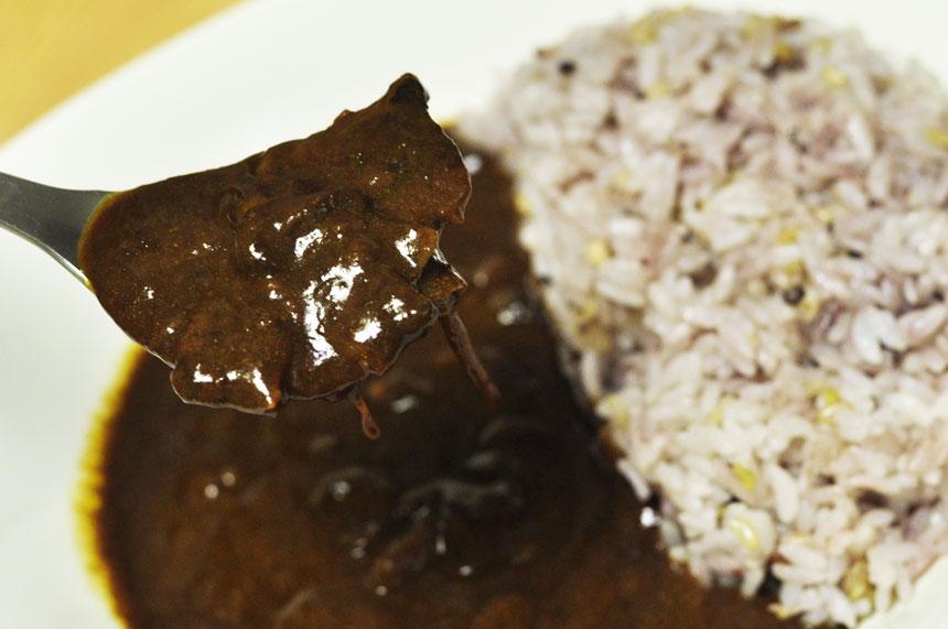 レトルトカレー 伝説のカレービーフと玉ねぎ ちょっと筋が入った牛肉