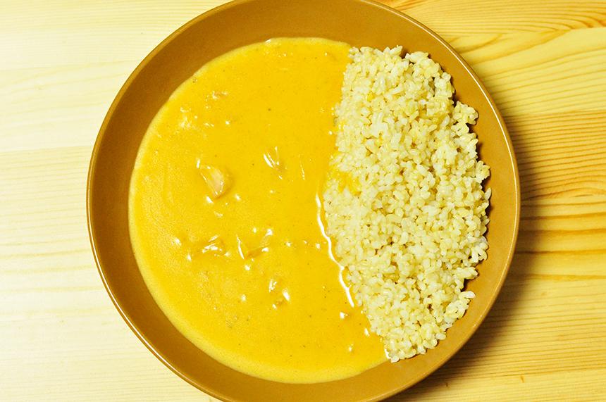 美しく黄色いバターチキンカレー