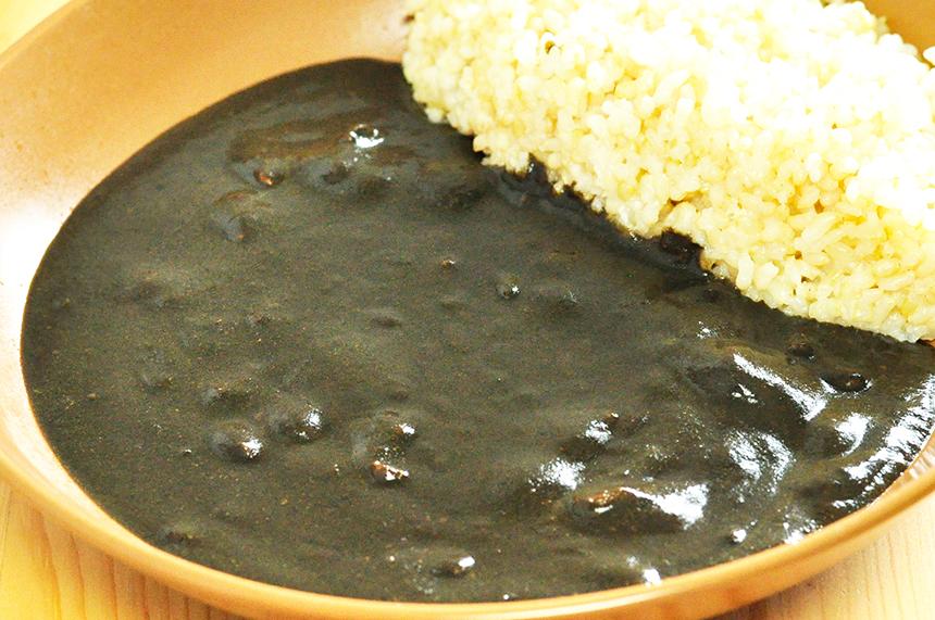 真っ黒で綺麗なレトルトカレー