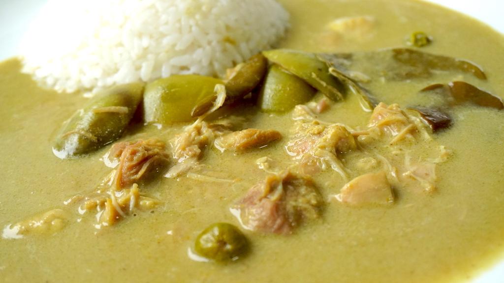 ホロホロ鶏肉と、プリッキーヌ、コブミカンの葉、たいナス、スズメナス