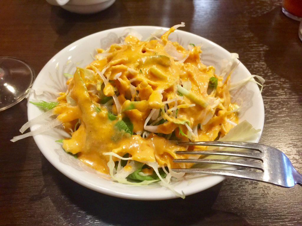食事の前にドレッシングが美味しいサラダ