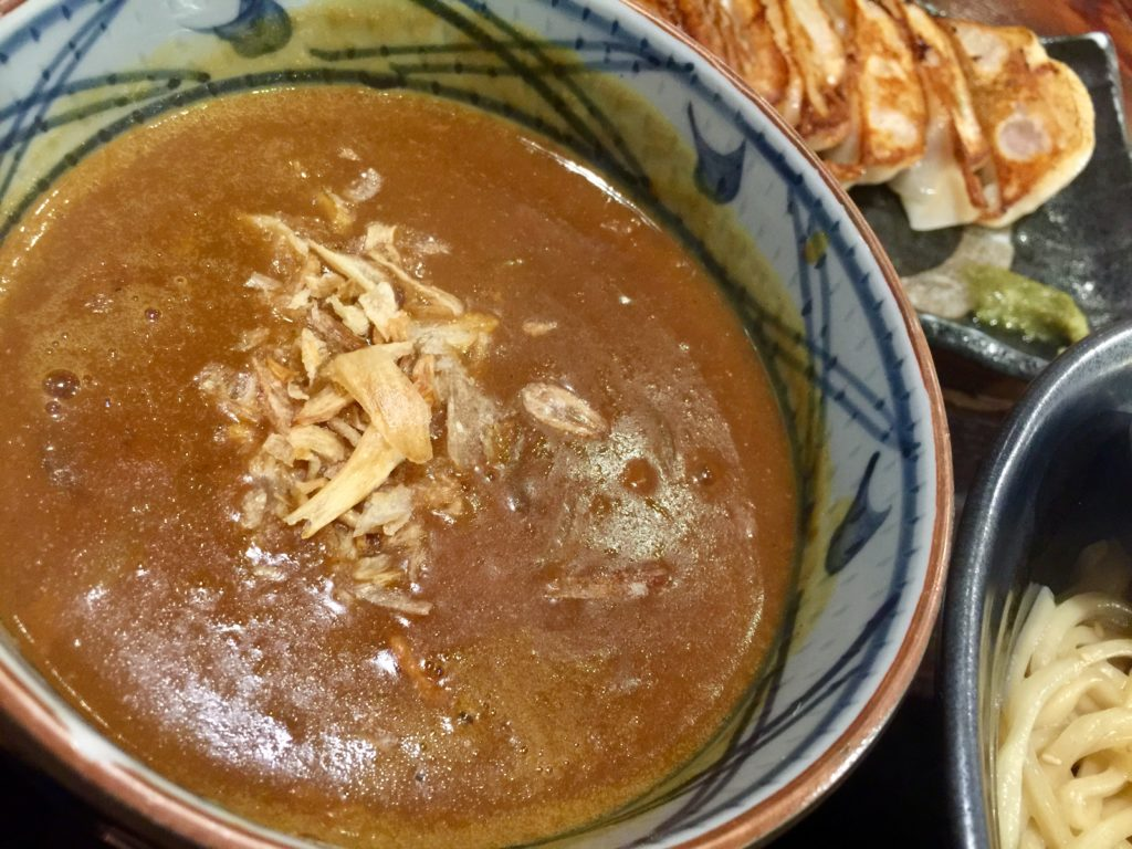魚介系の風味が聞いたカレースープ。うどんともよく合いそうな優しい味。