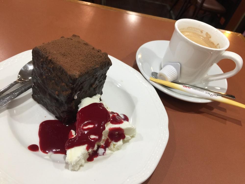 ケーキセット ケーキとコーヒーで500円くらい。値段忘れちゃった。